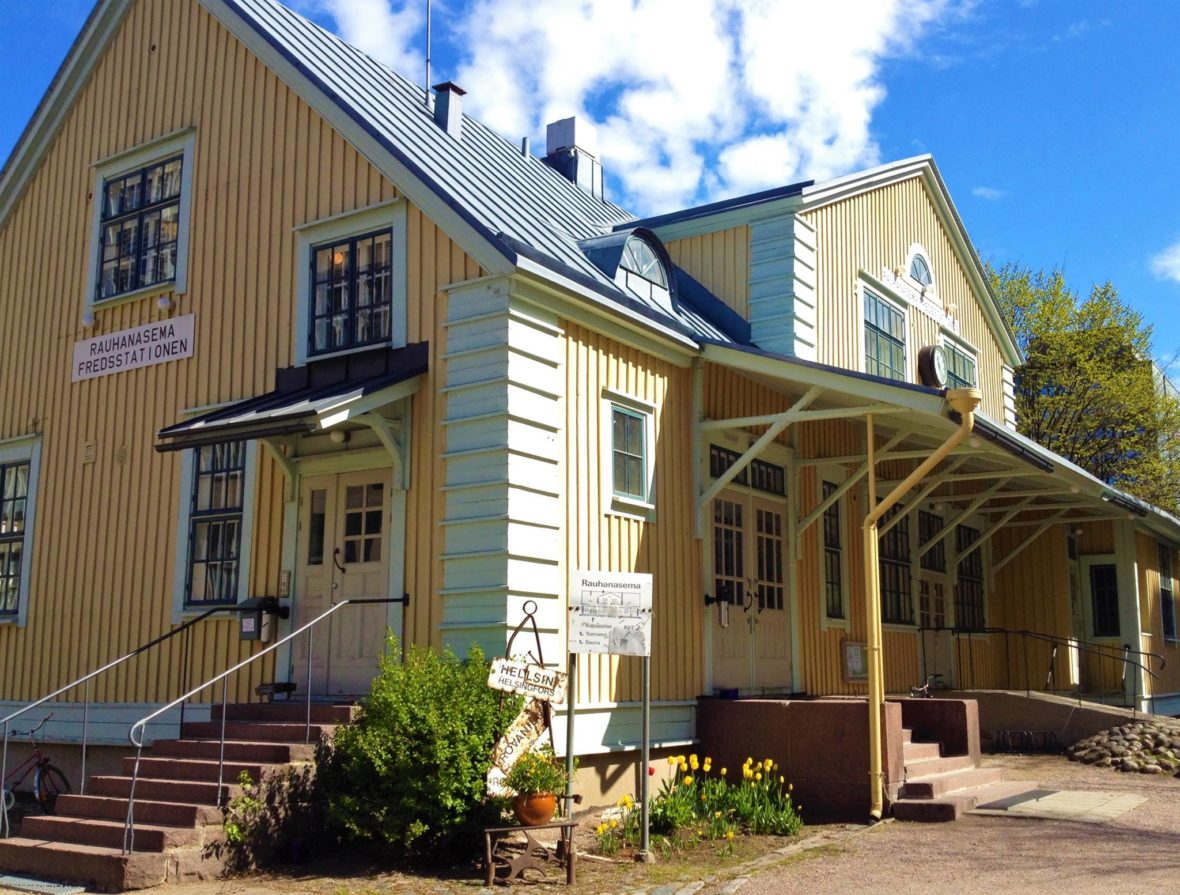 Rauhanasema on vanha, keltaiseksi maalattu asemarakennus Pasilassa.