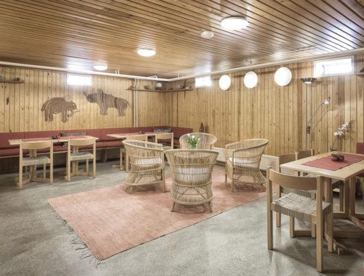 Rauhanaseman saunatuvasta löytyy istumapaikat noin 25 hengelle. Tuolien ja sohvien lisäksi tilassa on pöytiä.
