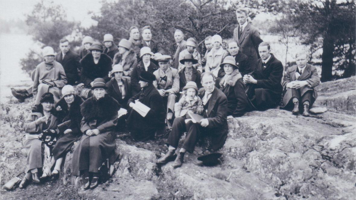 Mustavalkoisessa kuvassa joukko Rauhanliiton aktiiveja istuu kalliolla ja katsoo kameraan vuonna 1929