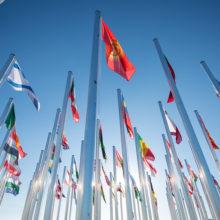 Eri maiden lippuja lipputangoissa.
