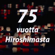 """Kuvassa teksti """"75 vuotta Hiroshimasta"""" ja taustalla tummassa vedessä kelluvia valkoisia ja punaisia kynttilälyhtyjä."""