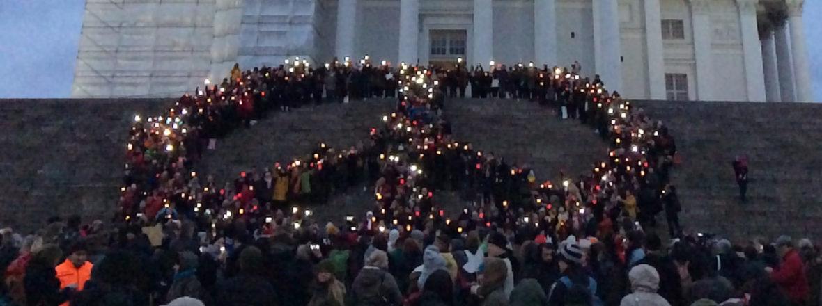 Rauhanmerkkikyltit mielenosoituksessa Helsingissä 2018