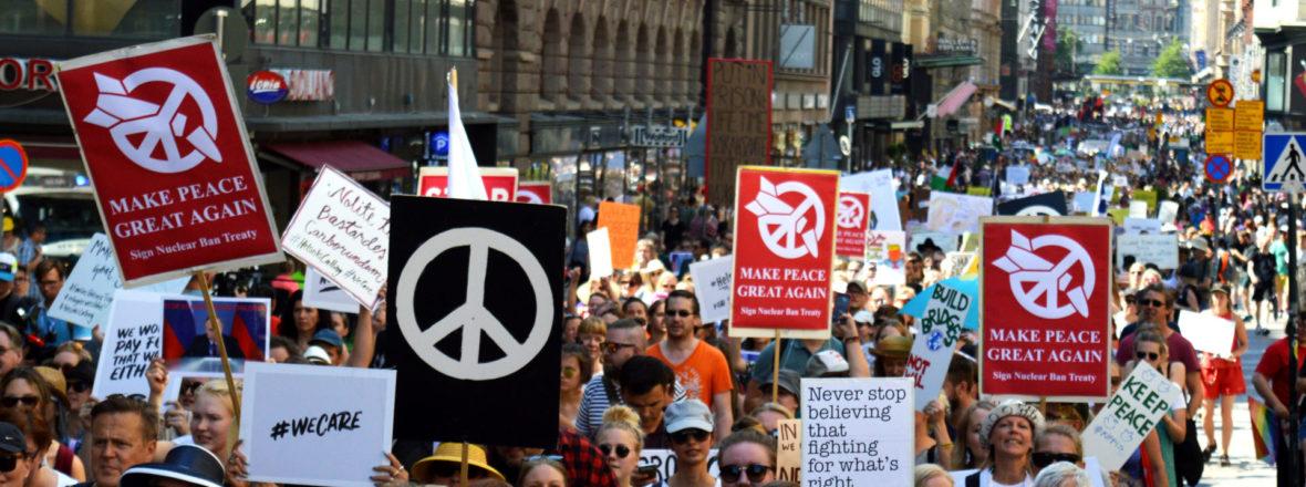 Rauhanmerkkikyltit Helsinki Calling-mielenosoituksessa Aleksanterinkadulla 2018