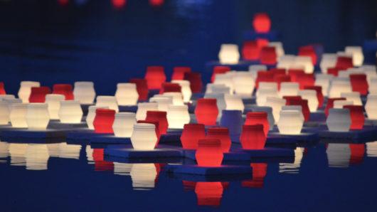 Hiroshima-päivän punaiset ja valkoiset kynttilälyhdyt kelluvat Töölönlahdella