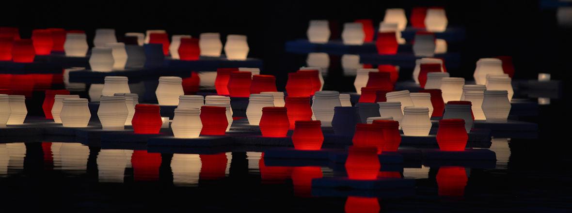 Kynttilöitä vedessä atomipommien uhrien muistotilaisuudessa Hiroshima-päivänä