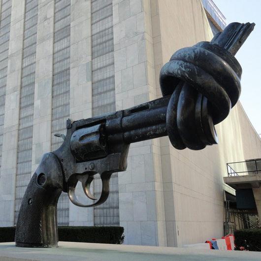 Piipustaan solmittua asetta esittävä veistos YK:n edessä