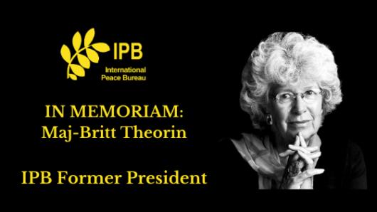 Mustalla pohjalla teksti In Memoriam: Maj-Britt Theorin ja hänen kuvansa.