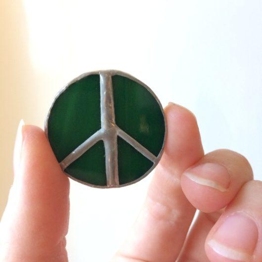 Käsi pitelee rauhanmerkkiä