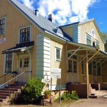 Rauhanasema on vanha, keltaiseksi maalattu asemarakennus