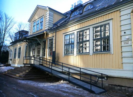 Rauhanaseman saliin vievä kulkuluiska talon Messukeskuksen puoleisella sivulla.