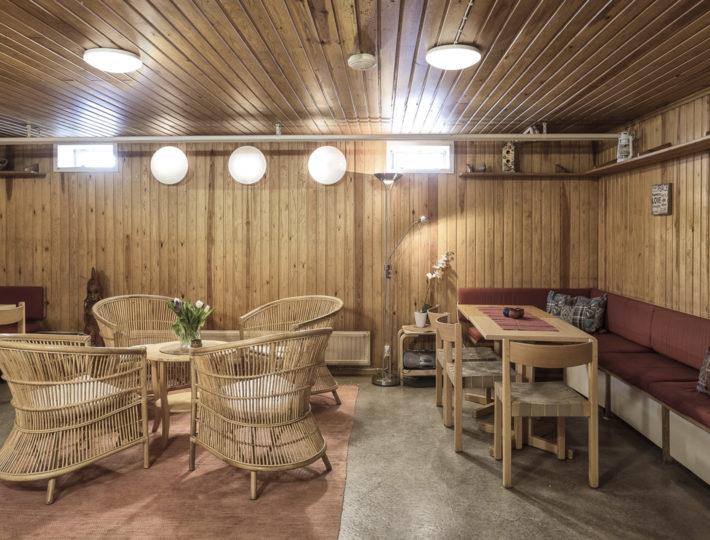 Pasilan Rauhanaseman saunatuvalla on rento tunnelma. Lämminhenkisestä tuvasta löytyy sohvia, tuoleja ja pöytiä. Istumapaikkoja on yhteensä 25 hengelle.