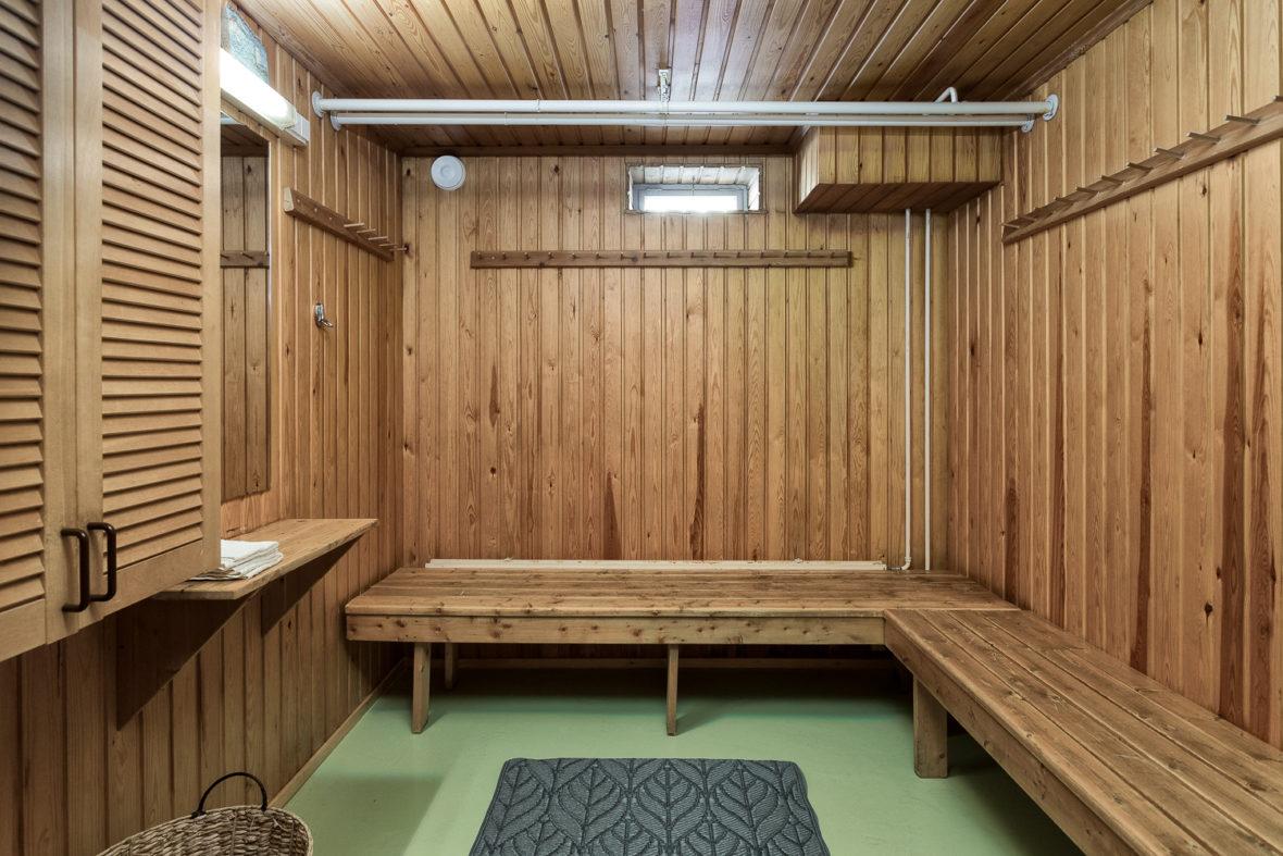 Rauhanaseman kellarikerroksen vuokrasaunaan kuuluu myös tilava pukuhuone