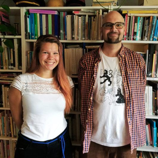 Rauhanliiton Heini Rautoma ja Elias Laitinen seisovat kirjahyllyn edessä ja hymyilevät kameralle.