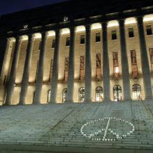 YK-päivän rauhanmerkki eduskuntatalon portailla