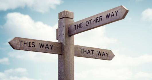 """Tienviitta, jonka nuolissa lukee """"This way"""", """"That way"""" ja """"The other way""""."""
