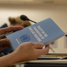YK:n Ydinasekieltosopimus-vihkonen.